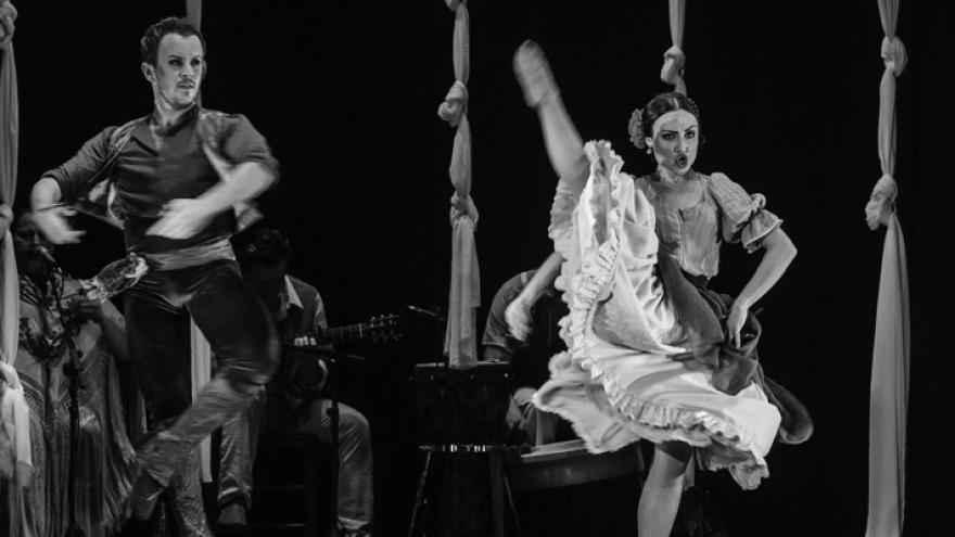 imagen de dos bailarines bailando en el espectáculo ADM