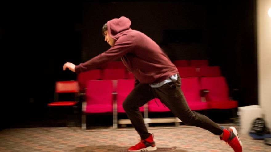 imagen en la que se ve a un adolescente con un patinete