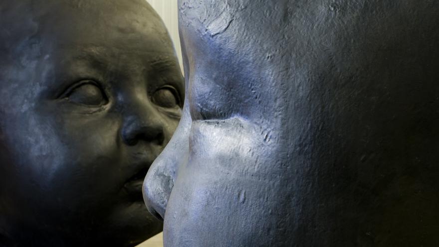 Detalle de dos esculturas de cabezas de bebé