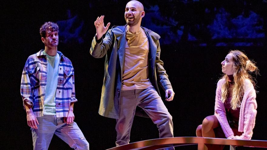 imagen en la que se ve a varios bailarines en el escenario
