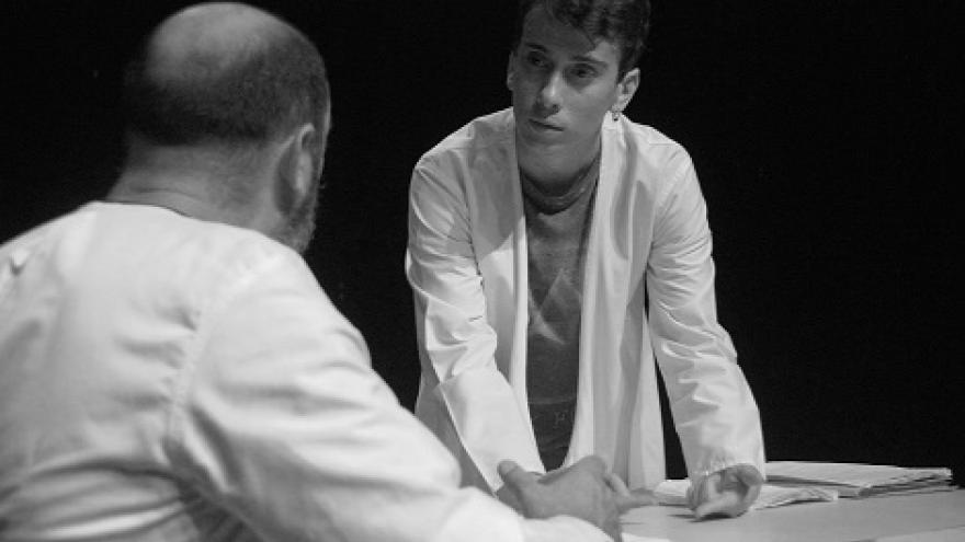 imagen en la que se ve a dos actores sentados hablando