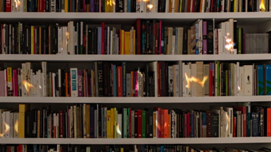 Biblioteca con libros en llamas