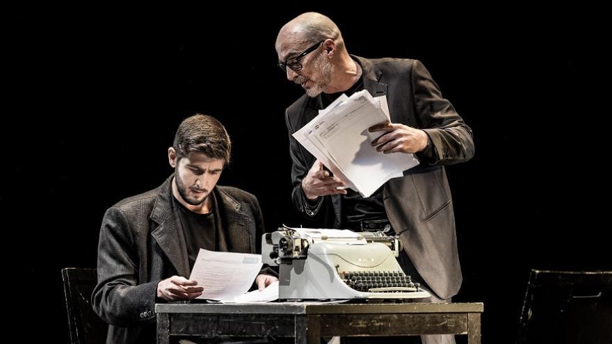 imagen de dos actores en una mesa de escritorio con una máquina de escribir