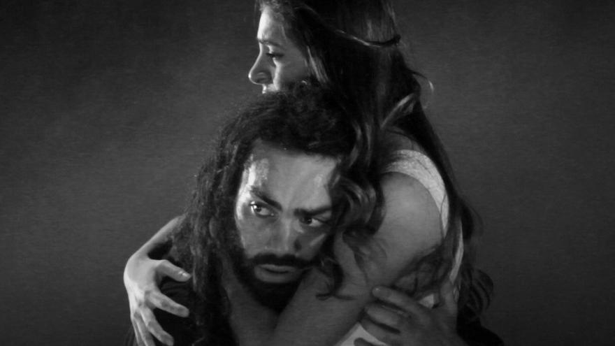imagen en la que se ve a dos actores de Bodas de sangre abrazándose