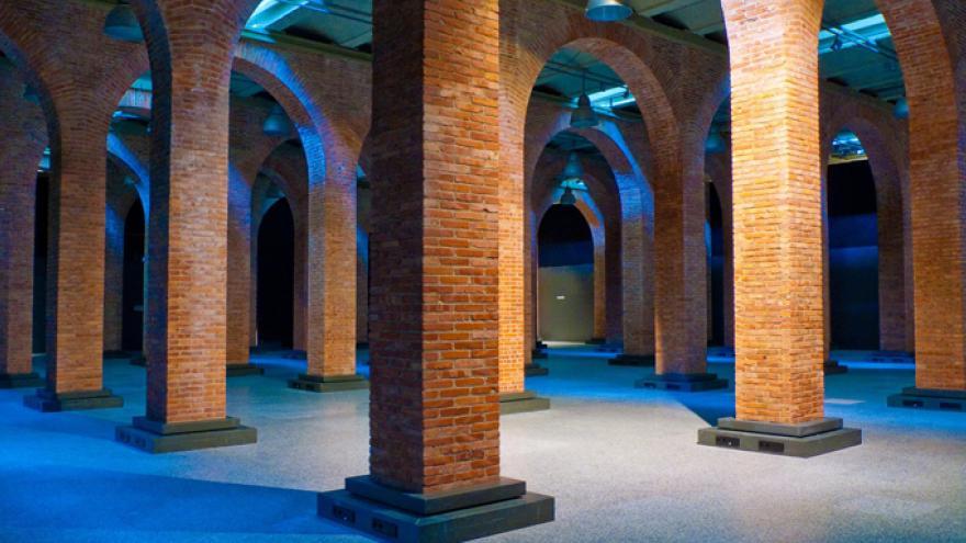 Vista de los pilares de ladrillo en los pasillos de la sala de exposiciones del Centro de Arte Canal
