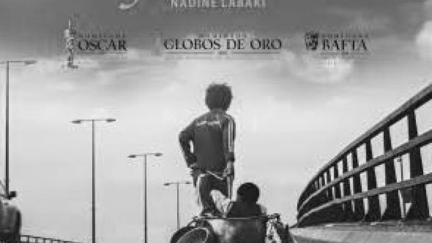 imagen del cartel de la película Cafarnaúm en la que se ve a un niño arrastrando a otro en una carretera