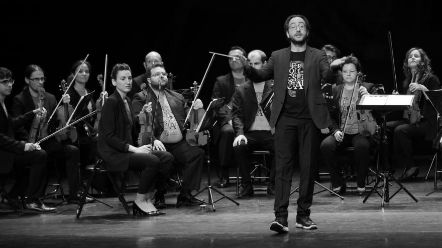 imagen en la que se ve a la orquesta tocando en un escenario