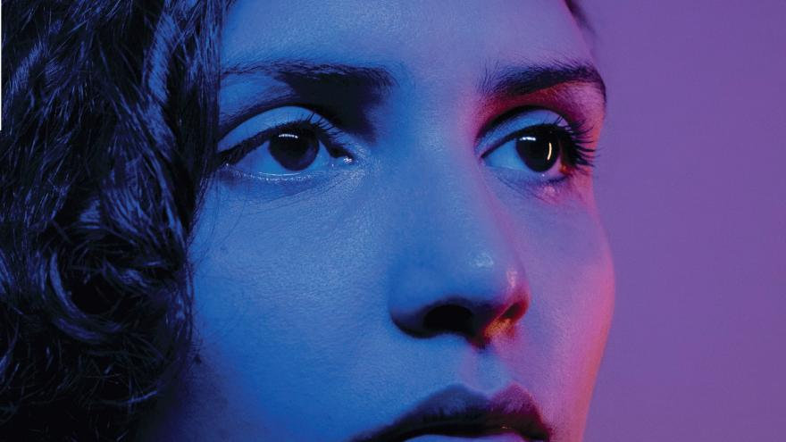 Retrato de una mujer joven en tonos azules