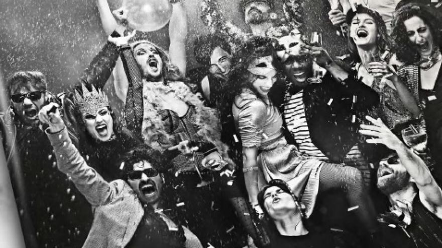 imagen en la que se ve a los actores de la obra con máscaras saltando y celebrando una fiesta