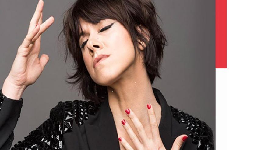 imagen en la que se ve a la cantante en primer plano tocandose el cuello