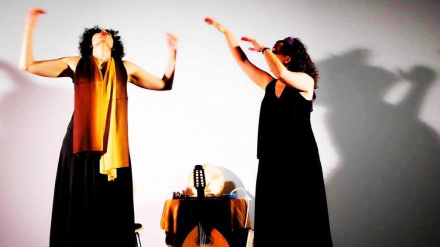 Dos mujeres vestidas de negro sobre un escenario