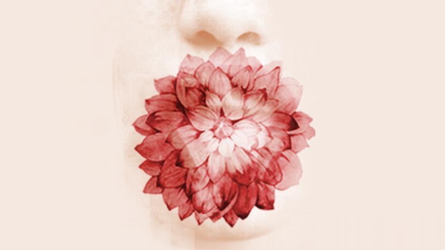 Rostro esbozado con una flor en la boca