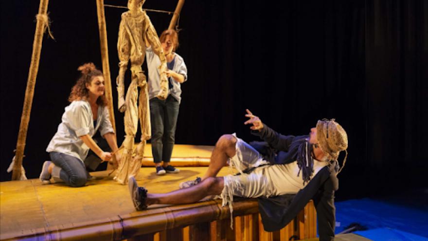 imagen en la que se ve actuando a los actores junto con una marioneta