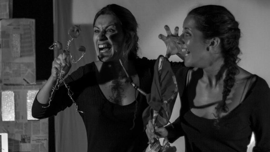 imagen en la que se ve a las dos actrices representando el cuentacuentos