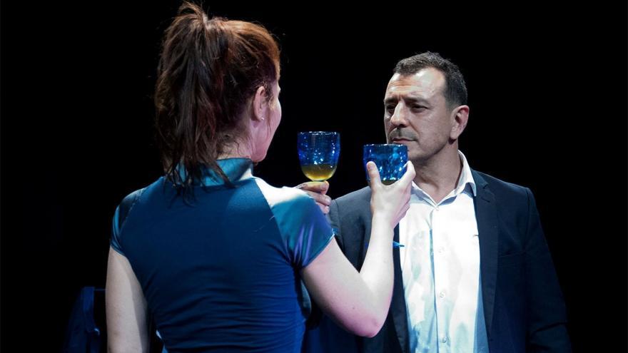 imagen en la que se ve a los dos actores con una copa en la mano