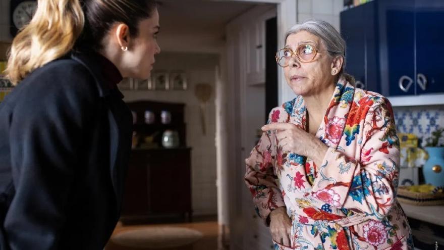imagen del largometraje el inconveniente donde se ve a una anciana y a una mujer hablando