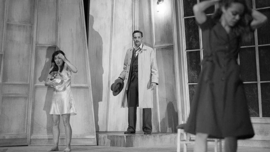 Imagen en la que se ve actuando a dos atrices y un actor de la Compañía el Desván en la obra El Otro