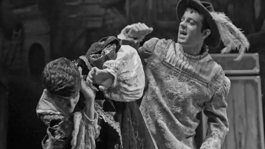 imagen en la que se ve a un actor vestido de época representando el Príncipe y el mendigo