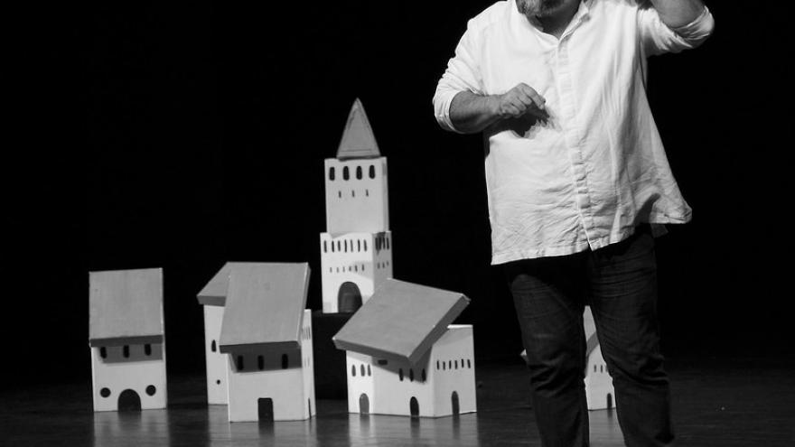 imagen en la que se ve a Félix Albo actuando en el escenario junto con un pueblo en miniatura
