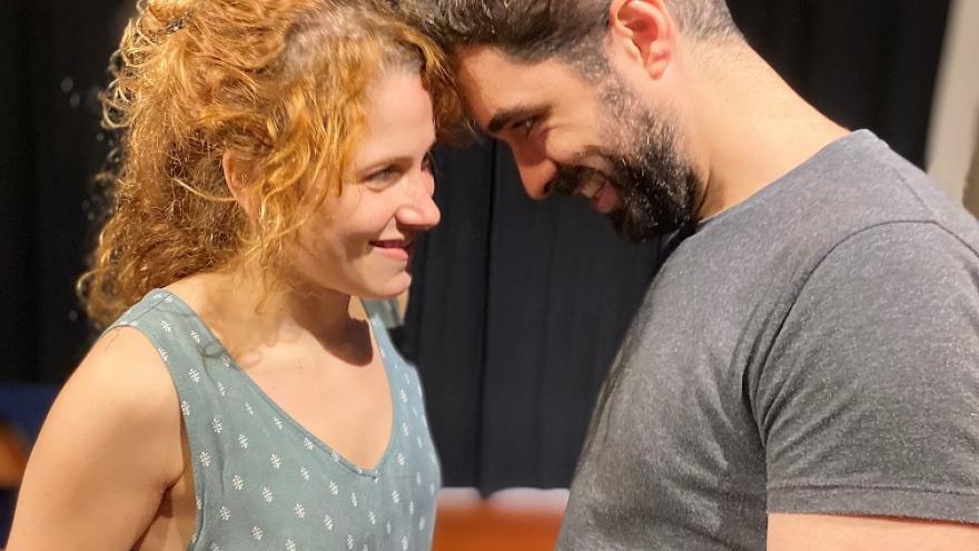 imagen en la que se ve a una pareja en el escenario muy juntos