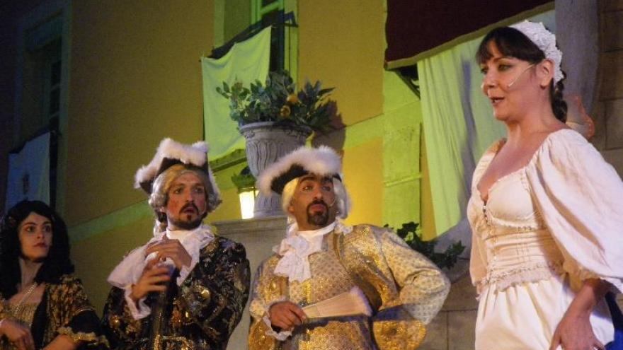Dos hombre y dos mujeres vestidos de época