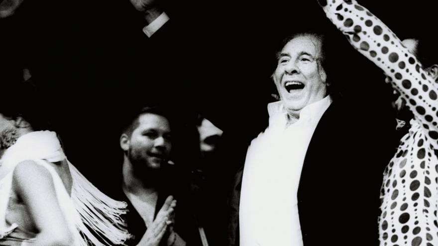imagen en la que se ve al cantaor Enrique Pantoja junto a unas bailaoras
