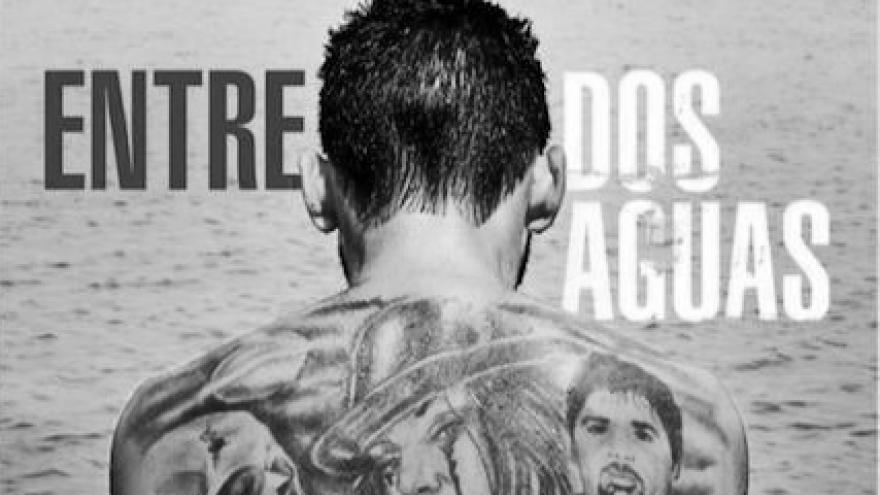 imagen de la portada de la película Entre dos aguas donde se ve la espalda del protagonista tatuada