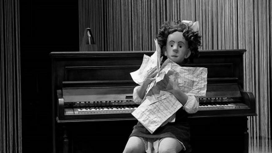 imagen del espectáculo Estrella en la que se ve a su protagonista sentada en el piano con partituras entre sus manos