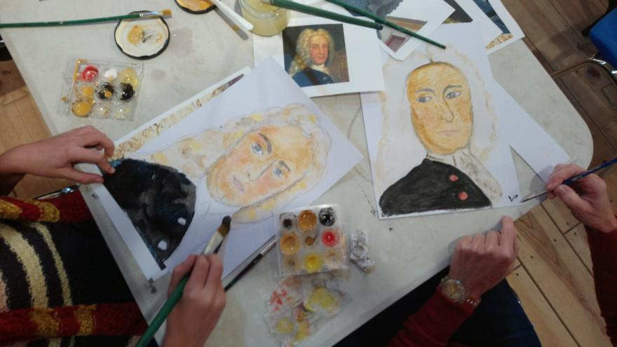 Dibujos y materiales infantiles en un taller