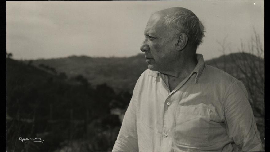 Fotografía de perfil de Pablo Picasso mirando un paisaje exterior