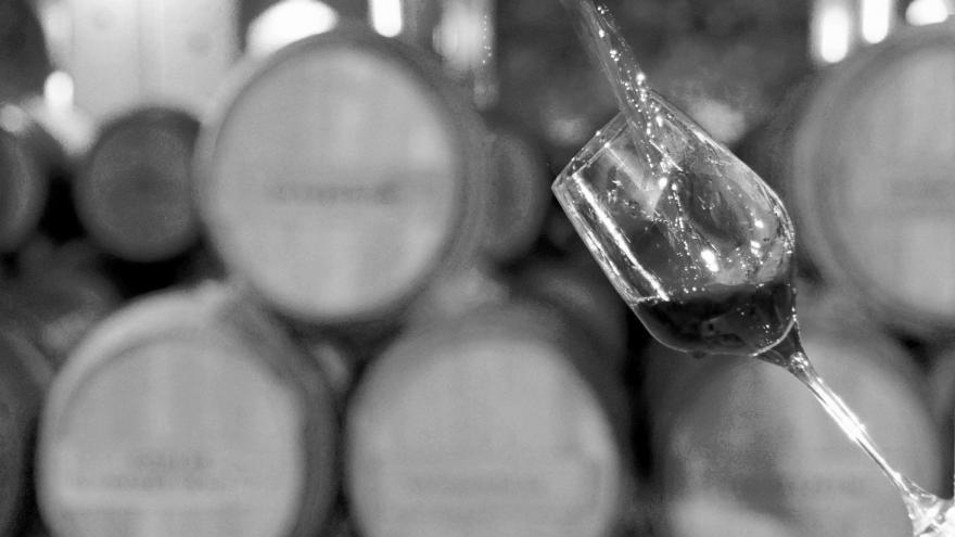 imagen en la que se ven tapones de corcho y una copa de vino de la exposición de Tomás Roncero