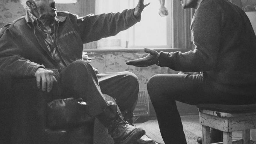 Imagen en la que se ve a los dos actores de Falling sentados