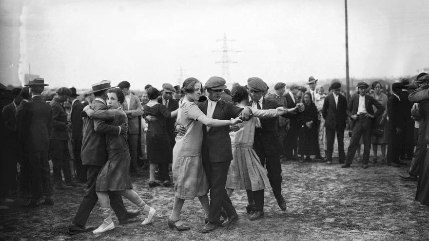 Parejas de hombres y mujeres bailando