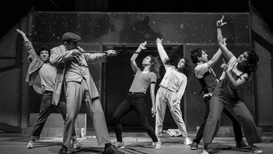 imagen de una escena de Fortunata y Benito donde se ve a los actores actuando en el escenario
