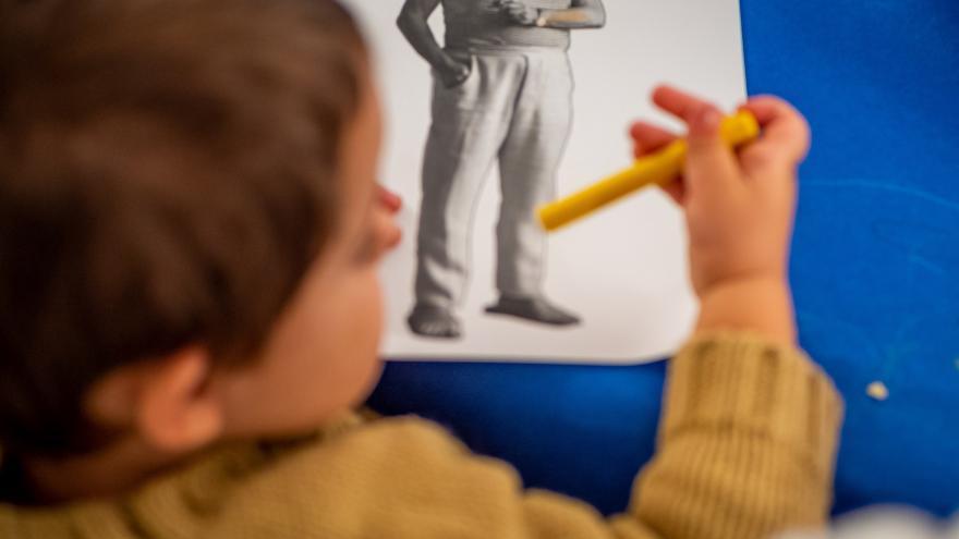 Lápices y pinturas sobre una mesa