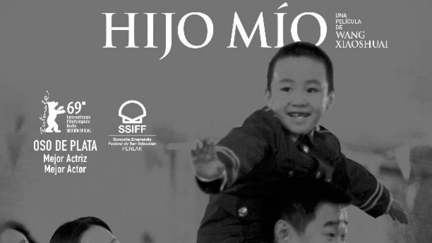 imagen del cartel de la película donde se ve al niño subido a hombros de su padre y a su madre detrás