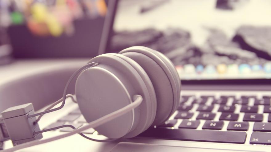Auriculares sobre un teclado de ordenador