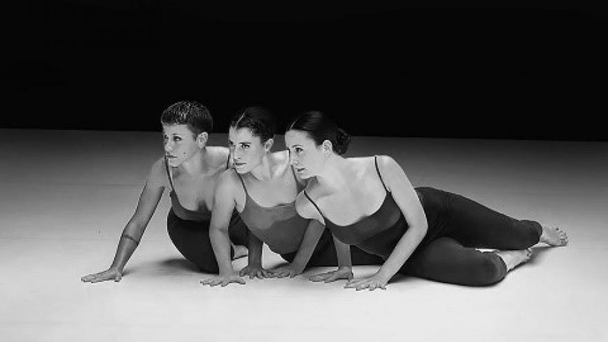 imagen en la que se ve a las tres bailarinas de Hiit en el escenario tumbadas