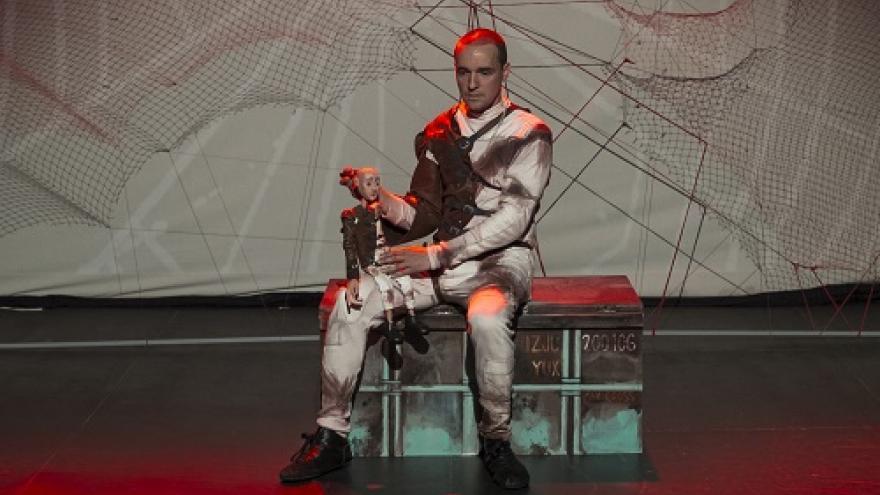 imagen del actor en el escenario sentado en un baúl