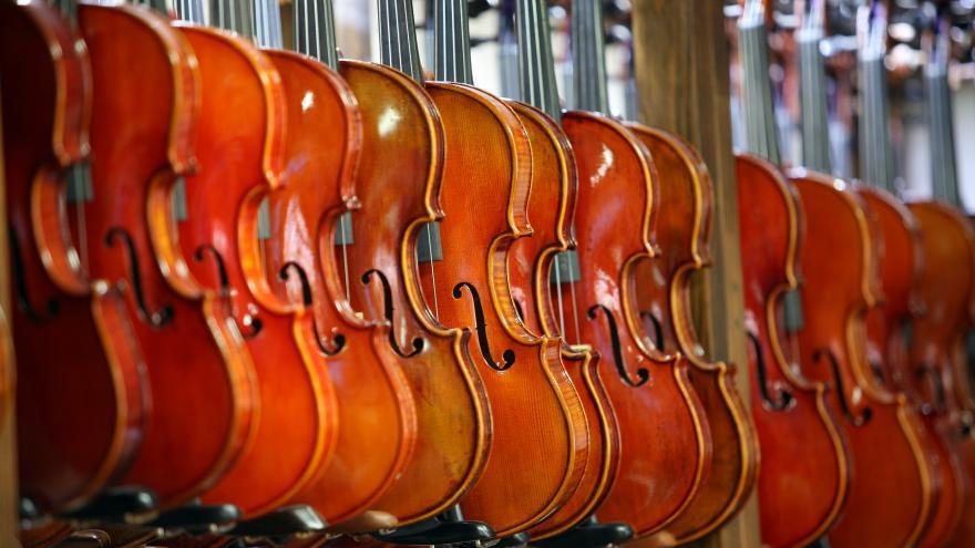 Conjunto de violines colgados uno tras otro