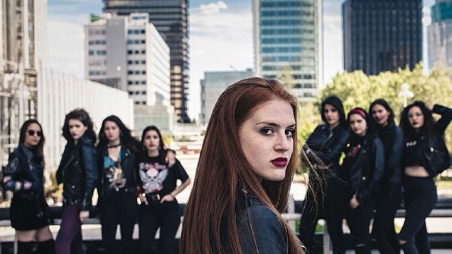 Primer plano chica joven con otras jóvenes al fondo en AZCA