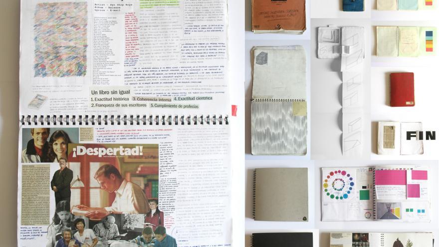 Cuadernos de trabajo con anotaciones y recortes de periódicos