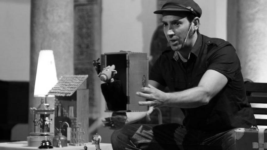 imagen en la que se ve a Juan Malabar contando un cuento con pequeños objetos en la mano