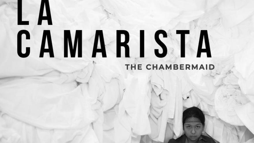 imagen del cartel de la película La camarista en la que se ve a la protagonista entre mucha ropa blanca