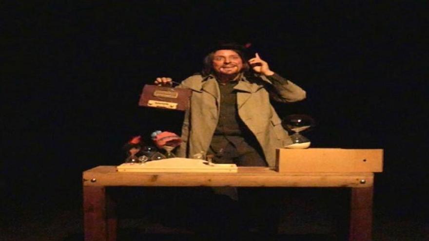 imagen del protagonista en escena con objetos y actuando