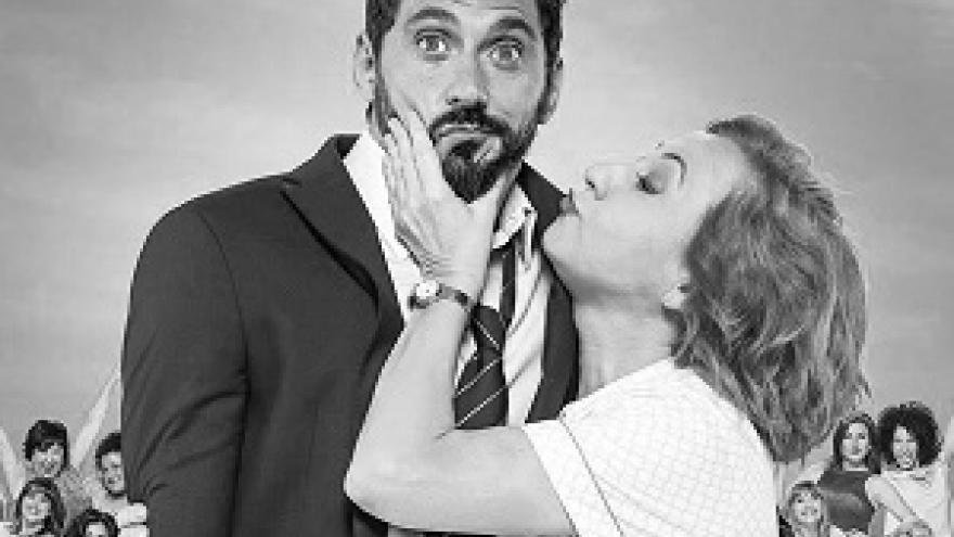 imagen del cartel de la película La Tribu en la que se ve a Carmen Machi dando un beso a Paco León