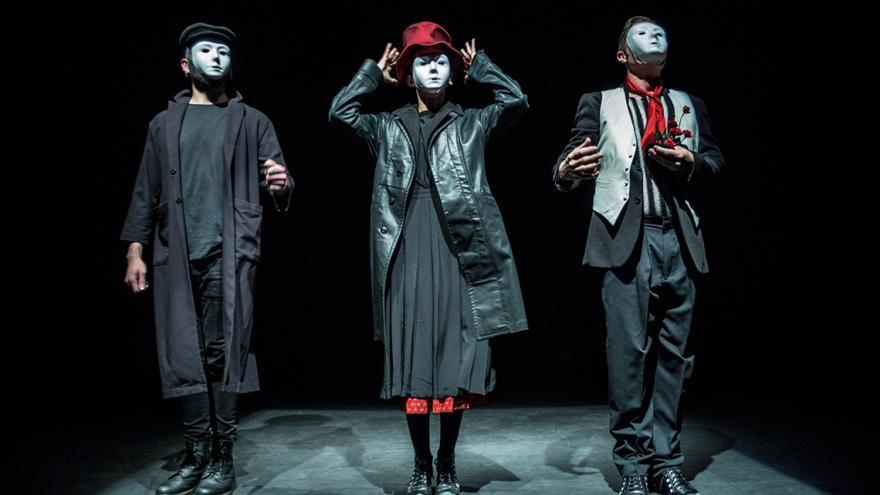 imagen de tres interpretes de Lady Mambo en el escenario
