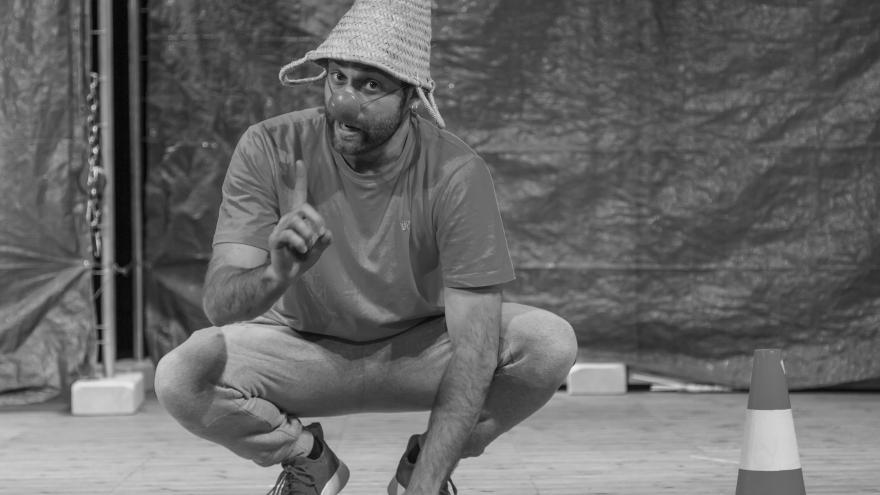 imagen de un actor de La Pera Llimonera en cunclillas y con un gorro