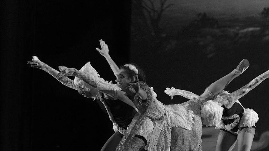 imagen de las bailarinas de Larumbre Danza bailando en un escenario