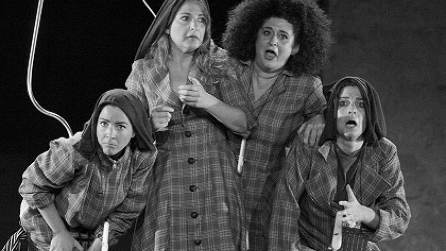 imagen en la que se ve a cuatro integrantes de Las niñas de Cádiz actuando caracterizadas en el escenario